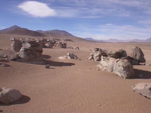 Stenen midden in de woestijn
