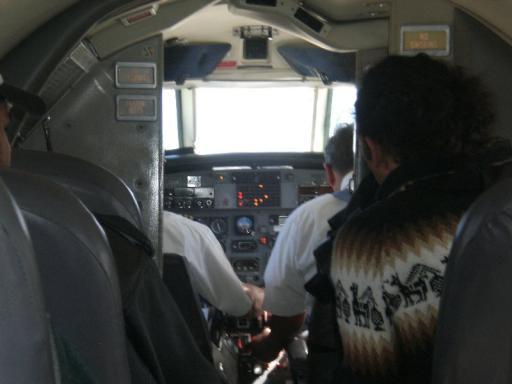 in het vliegtuigje (net Flying Doctors)