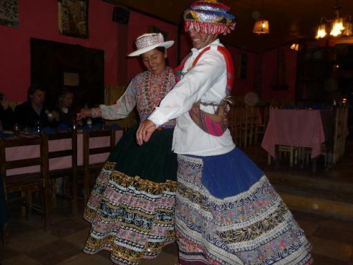 In klederdracht volksdansende Peruanen