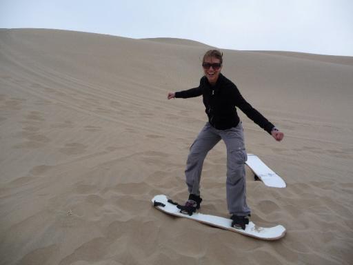 Majo doet stoer op een sandboard