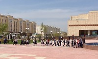 Buslading schoolkinderen op weg naar Savitsky museum