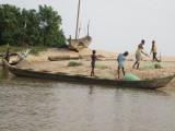 Kinderen helpen mee na het vissen