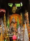 Buddha met op de voorgrond zijn ontvangen offers