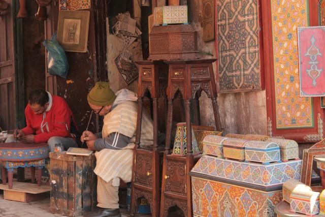 Druk bezig met het beschilderen van meubels