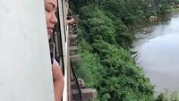 Met trein over steile klif