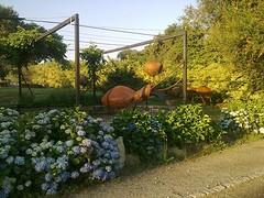 Speelse tuin met reuzenmieren bij albergue in Ligonde