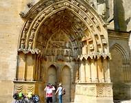 de prachtige timpaan van de Notre Dame in Aviath wordt bewonderd