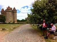 broodjes eten op een bankje voor het kasteel in Sarzay