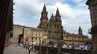 kathedraal en kerkplein met links de parador en rechts het stadhuis