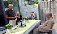 de champagne wordt ontkurkt in de tuin van Marian en Bert