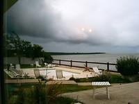 donkere wolken pakken zich samen boven ons hotelterras