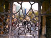 surreallistische toegangsdeuren van Gaudi