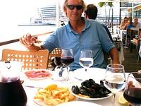mosselen eten in de oude haven van Barcelona