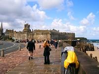 veel toeristen op weg naar de vestingstad
