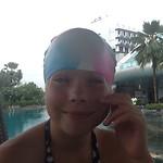 Tess neemt vast een duikje! Met badmuts.