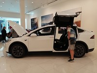 We kunnen het niet laten. Frans komt 25 euro tekort voor deze Tesla.