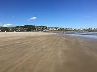 Het zand waait over het strand