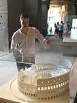 Maquette waarbij een kapel staat in het Colosseum dat nooit is gebouwd