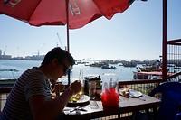 Almuerzo in een lokaal restaurantje in de haven