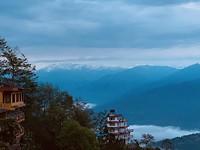 In de verte de besneeuwde toppen van de Himalaya!