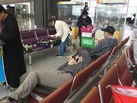 Dick slaapt op twee stoelen