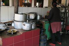 koken op gas in visrestaurant