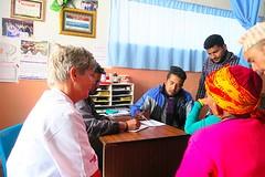 Annelies superviseert Santosh en de interns Rikesh en Asish