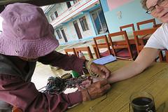 nieuw armbandje van Tibetaanse vluchteling