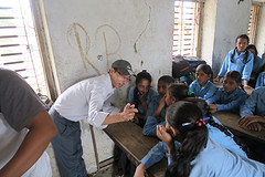 Teacher Dipak legt uit
