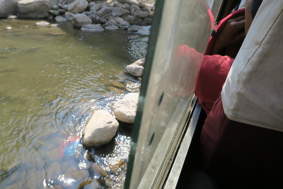 Vanuit de bus: rivier oversteken zonder brug