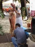 In Assos hangt de geit aan het spit
