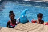 Deau aan het zwembad in Cotonou