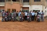 Groepsfoto met acteurs van de geboorteregistratie (en hun moto's)