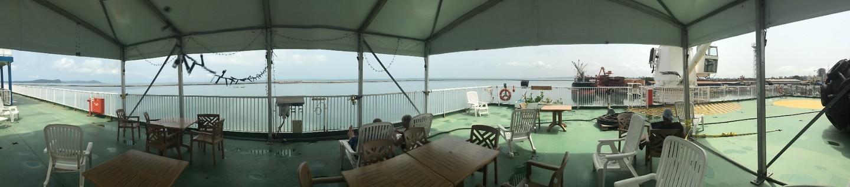 Het aft deck van het schip, met een ontspanningsruimte als je 30° niet te warm vindt.