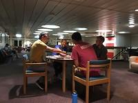 Gezelschapsspelletjes 's avonds in de crew lounge