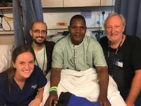 Ontslag van deze man 2 dagen na operatie. Hij wou een foto van ons. Links Dr Mark Shrime.