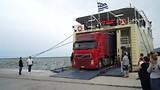 truck verlaat ferry volos