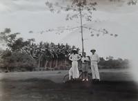 Edu met zijn vader Antonius en een kennis onder een kapokboom