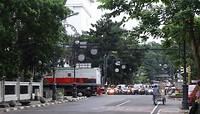 Wachten tot de trein van Jakarta naar Bandung voorbij is