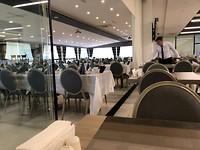 De grote zaal met straks veel stille nette mensen