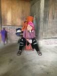 Black Hmong omaatje rust even uit