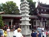 Muntjes gooiende Chinezen bij een tempel