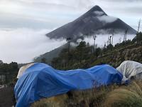 Basecamp Acatenango vulkaan met uitzicht op de Fuego vulkaan