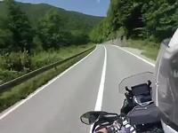 Onderweg zeer groen heuvellandschap