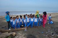 Schoolklasje aan het strand.