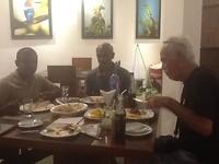 Eten met chauffeur en hoteleigenaar, heeft tsunami overleefd en opgeknapt,