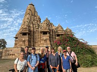 Groepsfoto bij de erotische tempels