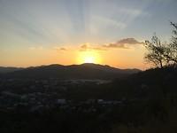 Zons ondergang boven de bergen