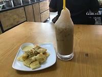 Roti met banaan en ijskoffie
