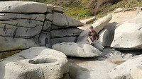 bij de rotsen
